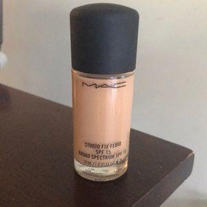 MAC Makeup Studio Fix Liquid Foundation NW22